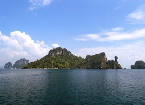 И правда, одна из известняковых возвышенностей острова со всех сторон похожа на куриную голову.
