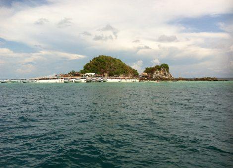 Крохотный остров Ко Кай, расположенный в заливе Пхангнга, является своего рода жемчужиной провинции Краби.