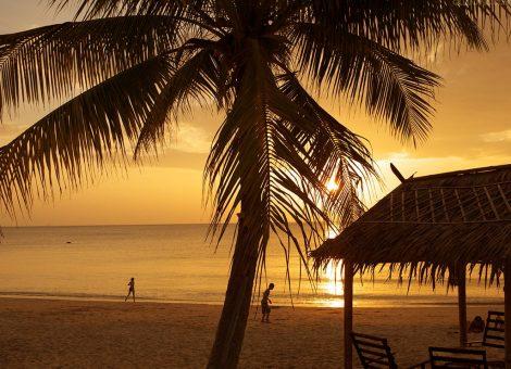 Ланта удивляет своей размеренностью жизни и ее великолепием. Разные виды пляжей, начиная с белоснежного песчаного, заканчивая скалистым берегом на самом юге острова.
