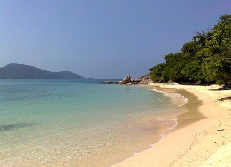 Остров Бон (Koh Bon) расположен в 20 км. севернее Симиланских островов. Расстояние от острова Бон до побережья Као Лака составляет приблизительно 40 км.