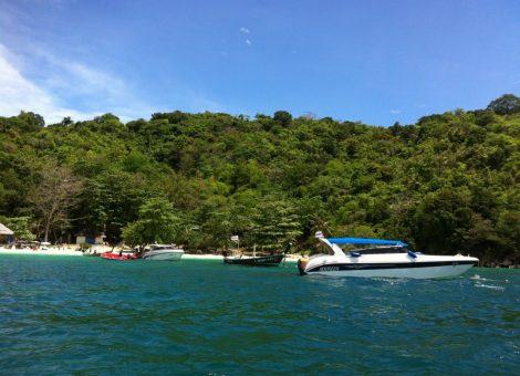 Коралловый остров расположен вблизи юго-восточного побережья Пхукета и окружен крупнейшими коралловыми рифами.
