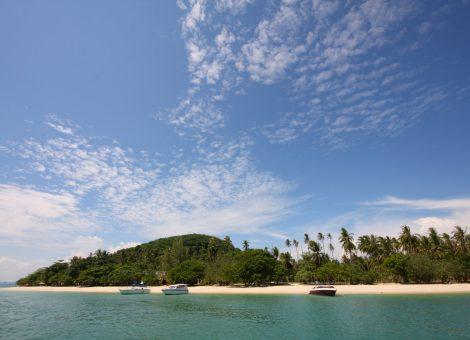 Ранг Яй (Koh Rang Yai) ещё один остров рядом с Пхукетом (в 5 км к востоку от него). Добраться до него можно на лодке за 15 минут.