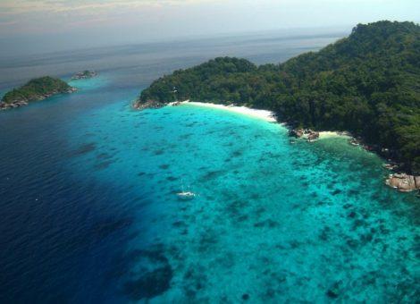 Суринские острова находятся к северу от Пхукета, на довольно значительном расстоянии от него, но это для скоростной лодки это не проблема.