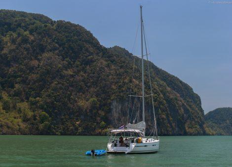 Остров Панак провинции Пхан  Нга , что находится на северо - востоке от Пхукета , является местом обитания Ястребиного орла, которые гнездятся высоко в скалах.