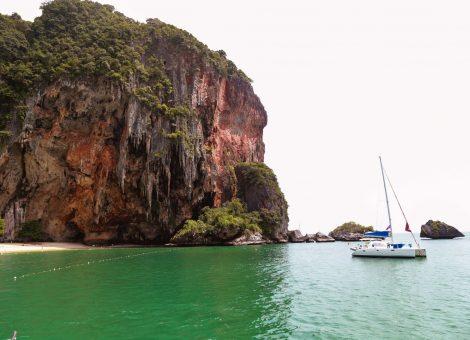 Рейлей – самое известное , самое красивое и самое посещаемое место в провинции Краби. Представляет собой полуостров отгороженный от остального мира скалами.