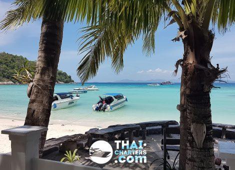 Остров Рача Яй и расположен 20 милях от юго - западного побережья Пхукета  и известен своей идеально прозрачной морской водой .