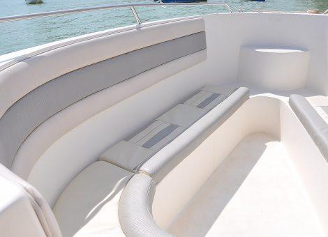 Скоростной катер отлично подходит для морских прогулок и снорклинга. На катере есть душ из пресной воды, сан узел, маски и трубки, спасательные жилеты. Вместимость 25 человек