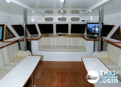 Моторный катамаран «Blue World» в аренду на Пхукете, не подвержен качке при волне до 3 метров. Очень комфортабельный катамаран для большой компании.