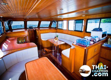 Рыбацкая лодка с двумя мощными моторами оснащена всем необходимым для комфортной и успешной рыбалки.