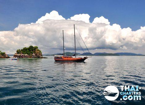 30 метровая яхта «Capricorn», спроектирована для роскошных парусных праздников. Исключительный, просторный салон в кормовой части палубы, с потрясающей отделкой красного дерева.