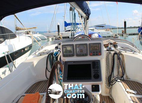 Изящная Benetau 42f представляет из себя oднокорпусную классическую парусную яхту, которая идеально подойдет в чартер для средней компании из 6 или 8 человек.