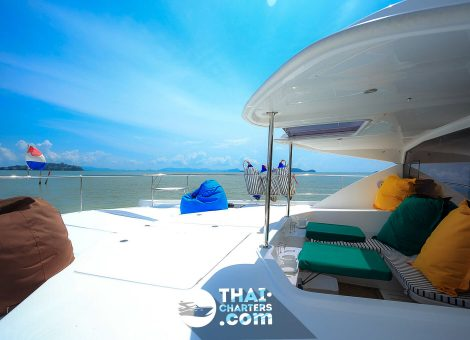 Катамаран создан для путешествий и вмещает до 40 гостей. Прекрасно подходит для  крупных тусовок и больших компаний.