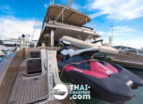 Это первоклассный, современный катамаран, укомплектованный всем необходимым для комфортного отдыха. На катамаране есть снасти для рыбалки.