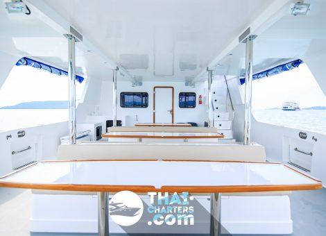 Это первоклассный, современный 40-ка футовый катамаран, укомплектованный всем необходимым для комфортного отдыха. На катамаране есть снасти для рыбалки.